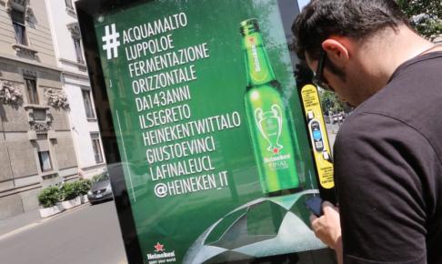 ハイネケンがミラノの街を-100文字のハッシュタグ-一色に-屋外広告のユニークな活用事例