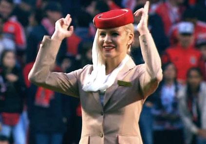 """鳥肌!! エミレーツ航空の美しいCAが""""機内安全ガイド""""でスタジアムを熱狂に包み込む!"""